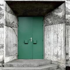 Trois idées de porte II/III : la porte fermée... (stephane.desire) Tags: marche porte vert carré