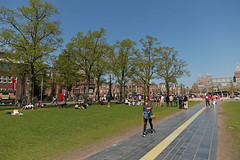 Museumplein - Amsterdam (Netherlands) (Meteorry) Tags: europe nederland netherlands holland paysbas noordholland amsterdam zuid south sud museumkwartier museumplein spring printemps rijksmuseum people pelouse lawn grass lichtlijn city urban april 2018 meteorry