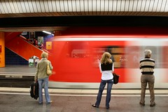 Looking right. Why? (Raphs) Tags: red people blur station train underground munich mnchen three waiting db motionblur sbahn canoneos350d marienplatz suburbantrain arriving raphs canonefs1855mmf3556