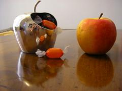 Una mela al giorno toglie il medico di torno, una caramella no (Alessandra Pic) Tags: selfportrait color apple reflex colore sweets autoritratto mela riflesso caramelle