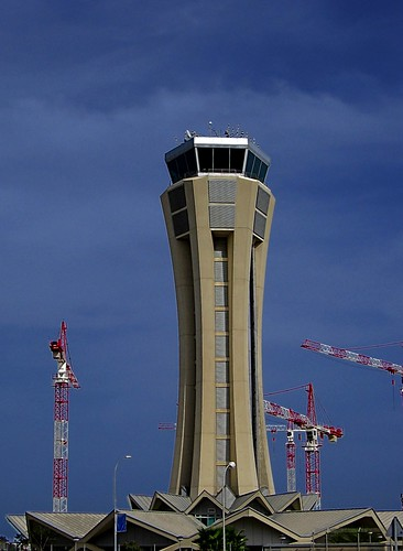 La torre de control del aeropuerto de Málaga rodeado de grúas por montuno.