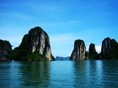Halong bay (Lou Rouge) Tags: blue sea azul ilovenature bay mar asia mare vietnam bleu halong halongbay indochina baha patrimoniodelahumanidad lourouge ph738