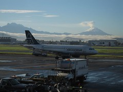 Mexico Citys flygplats är fortfarande öppen, men besökare ombeds följa vissa rekommendationer