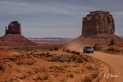 """ Maravilha do Oeste "" (JJSantosphoto) Tags: jjsantosphoto fuljifilm fuljifilmxt2 xt2 travel viagens monumentvalleypark arizona utah usa estadosunicos monument valeypark parquesnacionaisusa parquesnacionais indiosnavajo indios navajo carro carros morros montes deserto"