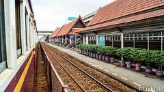Between Bangkok & Ayutthaya (Lцdо\/іс) Tags: bangkok lцdоіс thailandia train station thailande thailand thalandia travel holiday vacation vacance ayutthaya traditionnal trip
