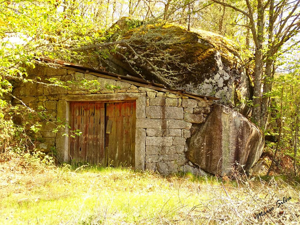 Águas Frias (Chaves) - ... antiga garagem construida entre as fragas ...