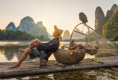 Chillin' (Hilton Chen) Tags: cormorantfisherman portraitinthelandscape sunset bambooraft travelphotography bird relaxing guilin xingpingfishingvillage karstmountains autumn china liriver guilinshi guangxizhuangzuzizhiqu cn