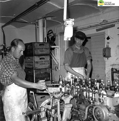 tm_7241 - Tidaholms Bryggeri (Tidaholms Museum) Tags: svartvit positiv bryggeri människor interiör tidaholm flaska 1950talet
