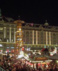 Striezelmarkt (loitz79) Tags: geo:lat=5105003100 geo:lon=1373791200 geotagged deu deutschland dresden dresdeninnerealtstadt nacht pyramide sachsen striezelmarkt weihnachtsmarkt