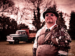 Fotoshoot in Oud-Gastel 2018 (7) (Thoran Pictures, Thx for more then 4 million views) Tags: madebythoranpictures photography pentax pentaxart pretty pentaxk1 k1 kostuum kostuums steampunk steampunkkleding steampunkworld farmlife man outdoors