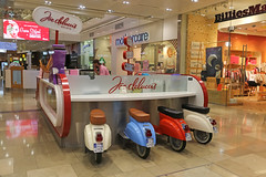 Westfield Stratford City - London (United Kingdom) (Meteorry) Tags: europe unitedkingdom england uk britain greatbritain london november 2017 meteorry westfieldstratfordcity shoppingmall soir night nuit illuminations stratford westfield mothercare joedeluccis icecream gelato vespa scooter