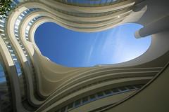 "Inside ""The Fontenay Hotel"" (Elbmaedchen) Tags: innenhof patio hotel thefontenayhotel hamburg durchblick view himmel sky architektur architecture geometrie lookingup"