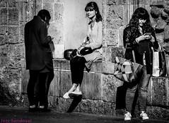 Una de tres. Valencia, noviembre 2017. (Jazz Sandoval) Tags: 2017 blancoynegro blanco bn bw beautiful blackandwhite black belleza beautifulexpression contraste calle curiosidad curiosity city ciudad contrast enlacalle fotodecalle digital day dìa elfumador españa exterior expresión expression fotografíadecalle fotografíacallejera fotosdecalle gente humanos human humanfamily white chica jazzsandoval mujer luz light monocromática monócromo mirada mujeres negro nero noiretblanc people portrait personaje piedra perrsonas retrato robado streetphotography streetphoto sombras sentada tres una unica valencia wonderful woman women womanexpression