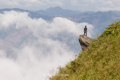 _Y2U9199.0716.Tà Xùa.Bắc Yên.Sơn La. (hoanglongphoto) Tags: asia asian vietnam northvietnam northwestvietnam landscape scenery vietnamlandscape vietnamscenery vietnamscene flanksmountain cloud clouds sunlight sunny morning sunnymorning people rock sunnyweather landscapewithpeople canon canoneos1dx canonef100400mmf4556lisusm tâybắc sơnla bắcyên tàxùa phongcảnh người phongcảnhcóngười sườnnúi mây nắng buổisáng nắngsớm tảngđá minimalisme one 1 một