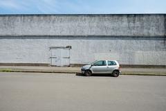 Twingo (duesentrieb) Tags: architecture architektur auto braunschweig brunswick car deutschland fahrzeug germany infrastructure infrastruktur lowersaxony mauer niedersachsen pkw strasse street vehicle wall renault