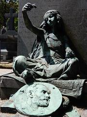 Cimetière de Montmartre: statue (John Steedman) Tags: フランス france frankreich frankrijk francia parigi parijs 法国 パリ 巴黎 montmartre cimetièredemontmartre cgth friedhof cimetière cemetery cementerio grave tomb