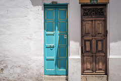 Tu y yo (Azul Collection) (Claudia Pino) Tags: arquitectura puertas gemelas casas calle street old turismo lacandelaria color madera claudiapinofotografica canon6d memoramnesia bogota