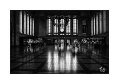 Bahnhof (Fujigraf) Tags: leipzig bahnhof halle menschen licht fenster raum bahn zug fuji xt20 arcos