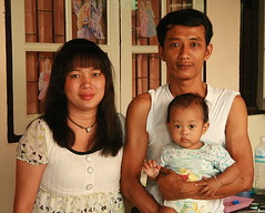 family portrait (the foreign photographer - ฝรั่งถ่) Tags: mother father baby daughter family portraits bangkhen bangkok thailand canon