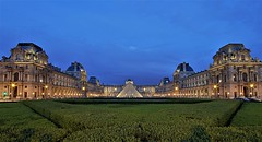 Le Louvre - Paris (hervétherry) Tags: france iledefrance paris 75001 canon eos 7d efs 1022 louvre musée museum pyramide heurebleue heure bleue bluehour blue hour batiment architecture pers tuileries