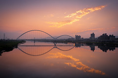 夕色映新月 - Bridge reflected in the river at sunset (basaza) Tags: 30d 1635 canon 新月橋 倒影 sunset