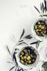 Cuencos con aceitunas aliñadas (Soniaif) Tags: aceitunas blanco fondos planocenital verde cerámica olives white backdrops green foodphotgraphy fotografíaculinaria