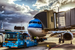 Pas op, zwenkt uit (mark.wagtendonk) Tags: klm boeing 737 b737 schiphol ams amsterdam eham airport blue clouds cloudy pushback truck tug plane aircraft aviation hdr