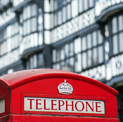 England Is Calling! (TablinumCarlson) Tags: cheshire chester uk gb england great britain grosbritannien britannien united kingdom fachwerk fachwerkhaus timber framed halftimbered dee uhrturm rathaus city hall bridge street rows brücke leica m m240 90mm summicron row gebäude telefonhäuschen telefon phone telephone phonebox callbox dof bokeh