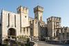 Die Scaligerburg von Sirmione (PanoramaRundblick) Tags: roccascaligera altstadt anlegesteg blauerhimmel boote europa gardasee historisch italien sirmione tourismus wasserburg