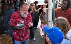 Seattle: bird man (Henk Binnendijk) Tags: street candid pikeplacemarket farmersmarket publicmarketcenter seattle washington northwest people animals