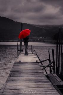La chica del Paraguas Rojo