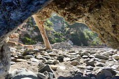 A gate to adventure (Micheo) Tags: summertime verano mystery light luz playanaturistadecantarrijan entrepiedras noesunacueva piedras pebbles guijarros playa paso iphone