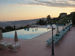 Park Hotel Le Fonti in Volterra - swimming pool at sunset (ell brown) Tags: volterra italy italia tuscany toscana pisa walledmountaintoptown velathri vlathri volaterrae ancientetruscans romans villanovanculture parkhotellefonti viadifontecorrenti sunset swimmingpool provinceofpisa