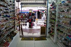 (REDES DA MARÉ) Tags: brasil comercio elisângelaleite favela infantil mare novaholanda riodejaneiro texeiraribeiro adulto loja sapatos