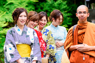Beautiful Kimono Girls with Young Monk (at Hase-dera Temple, Kamakura, Japan) : 着物美人とタイの青年僧(鎌倉・長谷寺)
