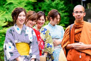 Beautiful Kimono Girls with Young Monk (at Hase-dera Temple, Kamakura, Japan) : 着物美人とタイの青年僧(鎌倉・長谷寺)