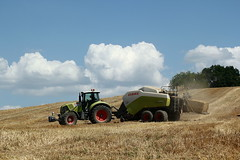 Claas Axion 810 + Claas Quadrant 3300 (Philippe-03) Tags: claas axion quadtrant tracteur tractors agriculture campagne paille pressage