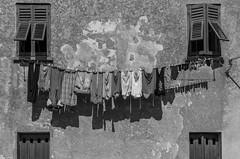 (zora_schaf) Tags: blackandwhite schwarzweiss wäsche leine italien italy italia zoraschaf