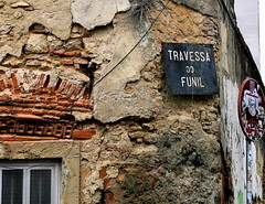 Travessa do Funil (pippigar) Tags: portugal lisbon lisboa alfama window rust travessa streetsign oldbuilding colour panasonicdmcg6 super~sixstage2silver69