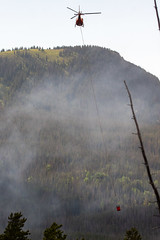 2018-06-29 K3 Colorado (564) (Paul-W) Tags: helicopter n669ac fire wildfire forestfire smoke rockymountainnationalpark 2018 bucket water coloradoriver colorado redhelicopter rope trees mountain burning