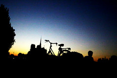 Paris à vélo posé pour le coucher derrière ND (Pi-F) Tags: paris notredame vélo contrejour coucher soleil couleur ciel ombre