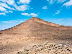 Scenic volcanic mountain under the blue sky / Szenischer vulkanischer Berg unter dem blauen Himmel