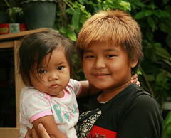 brother with baby sister (the foreign photographer - ฝรั่งถ่) Tags: brother baby sister khlong thanon portraits bangkhen bangkok thailand bleached hair