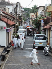 Galle - Time to Pray (Drriss & Marrionn) Tags: travel srilanka ceylon southasia outdoor seaside tropics coastline galle coast sea people road car muslim muslimdress thobe shalwarkameez streetview street streetscene dailylife