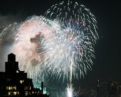Macys Fireworks NYC 2018-31 (Diacritical) Tags: nikond850 pattern 70200mmf28 20secatf80 july42018 83834pm f80 165mm brooklyn macys4thofjuly fireworks
