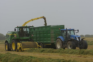 John Deere 8600 SPFH filling a Broughan Engineering Mega HiSpeed Trailer drawn by a New Holland T7050 Tractor