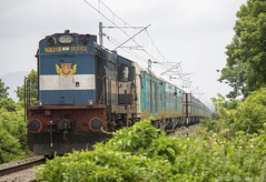 Tirunelveli Gandidham HUMSAFAR ! (Karthik Abbilash) Tags: indianrailways humsfar express tirunelveli gandhidham ten gimb sr wr lhb rake train track loco locomotive engine wdm3a vta vatva eog generatorcar nagercoiltown canon