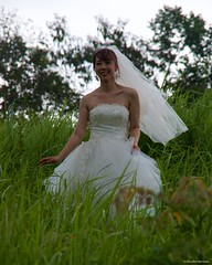 IMGP3395 The Bride in the grass (Claudio e Lucia Images around the world) Tags: ubud bali indonesia asia bride sposa white lady girl grass erba velo marriage shooting model topmodel asianmodel smile pentax pentaxk30 pentax18135 pentaxart