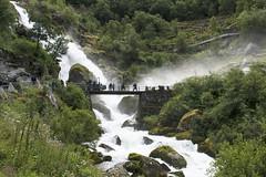 Noruega (Ana★Is) Tags: verde paisaje bosque cascada árbol agua puente noruega norway glaciar río gente water countryside