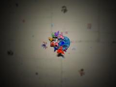 Obra negra (y colgante tubular musical) (Juan Antonio Xic Eseyosoyese) Tags: obra negra techo y un colgante tubular musical stickers estampas pegadas colibríes plastico tubos metal ruido sonido música nikon coolpix s33 aves juguete foto contrapicada